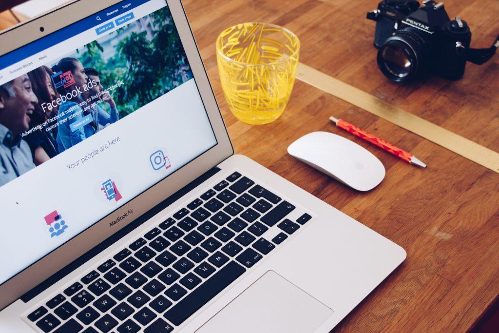 Facebook ads displayed in Macbook
